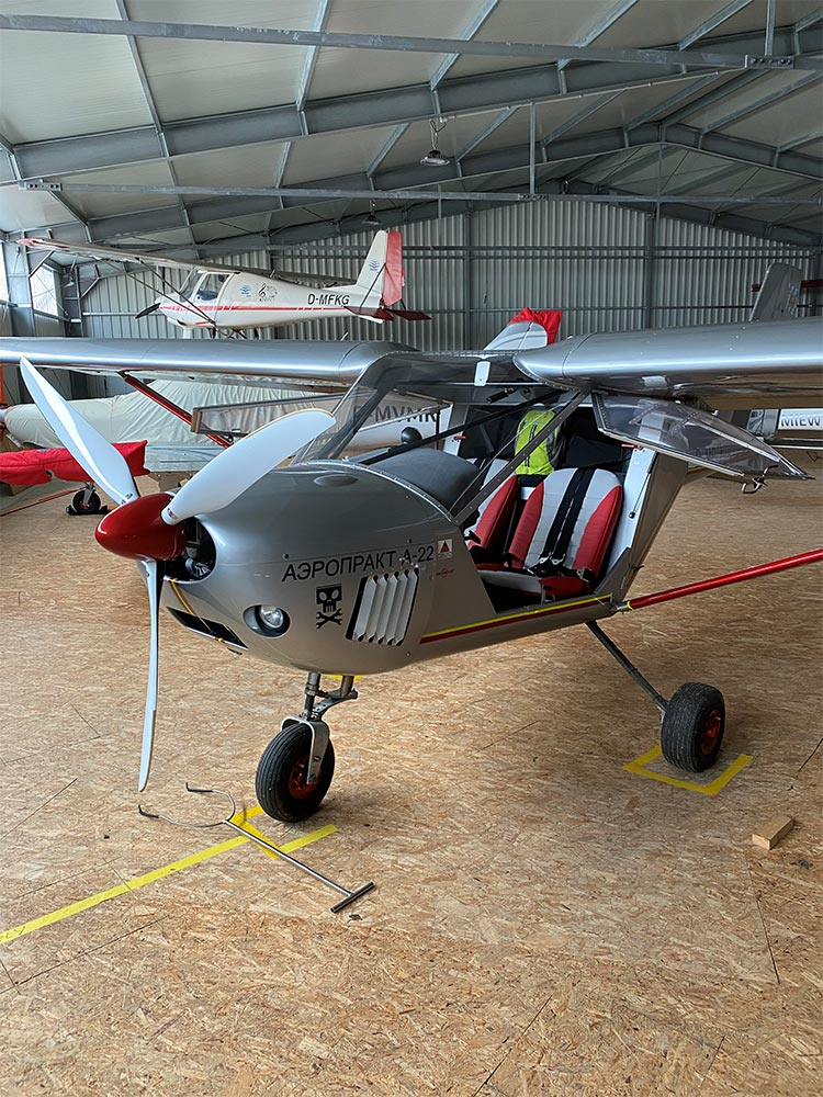 Ultraleichtflugzeug im Hangar